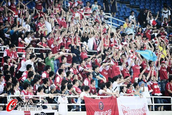 七八百名阿森纳球迷已经早早等候在体育场内