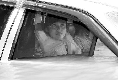 骆岩岩乘坐的车快被淹没