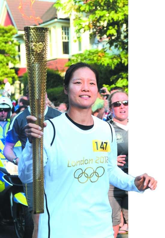 """据新华社伦敦7月25日电(记者王集旻、梁金雄) 尽管伦敦奥运会的脚步越来越近,中国网坛""""一姐""""李娜25日仍在繁忙的备战中抽出时间参加了伦敦奥运会的火炬传递。"""