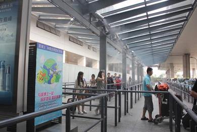 图为:虹桥机场T2航站楼出租车候车区域采用该环境优化系统之后的实景照片