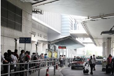 图为:虹桥机场T2航站楼外井然有序的出租车候车排队现场