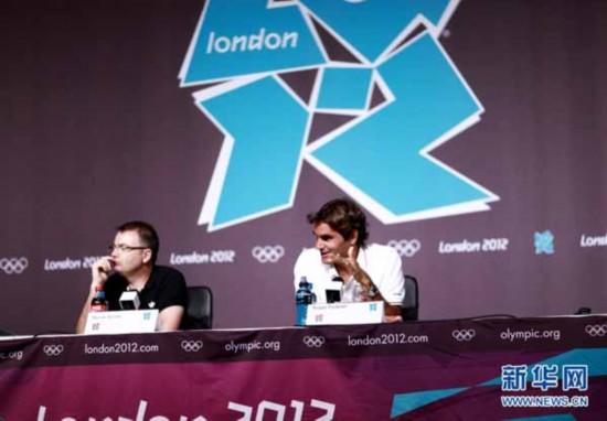 """2012年7月26日,伦敦奥运会开幕在即,三周前在温布尔登球场第七次捧杯的瑞士""""球王""""罗杰·费德勒在伦敦奥运新闻发布会上。新华网 陈杰摄"""