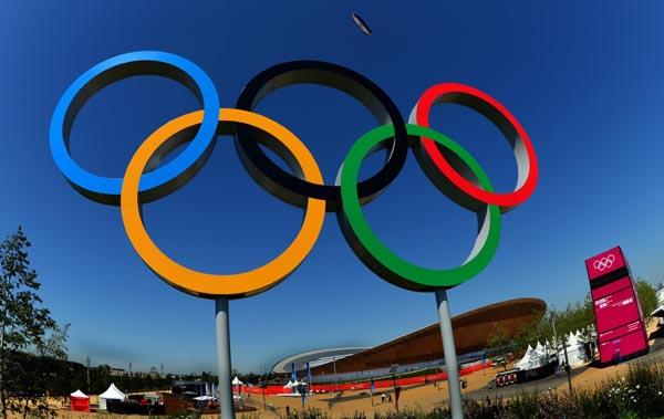 """7月22日,英国探险家、伦敦奥运会火炬手戴维·亨普勒曼-亚当斯在""""伦敦眼""""上展示奥运火炬。"""