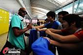 图文:申花抵达广州 阿内尔卡为球迷签名