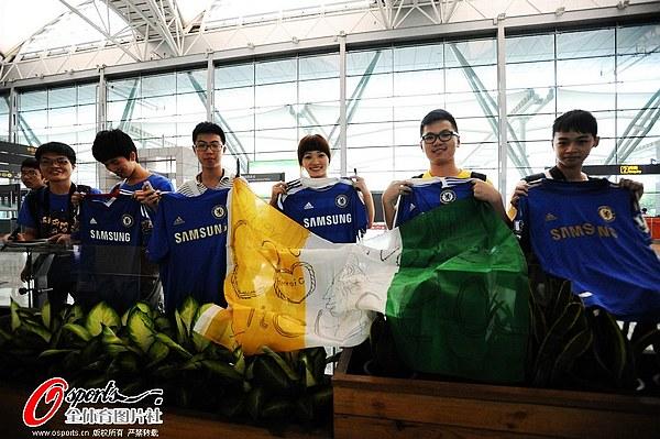 图文:上海申花队抵达广州 球迷展示球衣