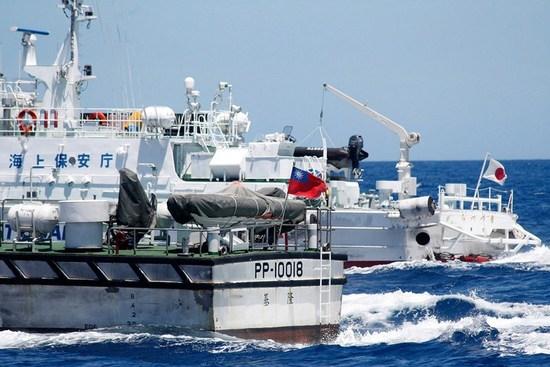 资料图:日本巡逻船拦截台湾保钓船.