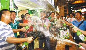 激情畅饮,尽情干杯。深圳晚报记者王在兴 摄