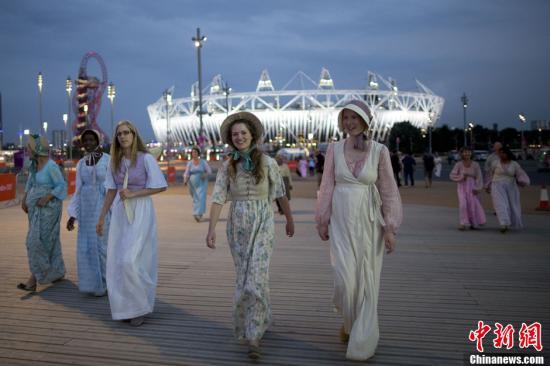 """当地时间7月25日晚间,伦敦奥运会开幕式彩排在""""伦敦碗""""进行,图为参加完演出的演员走出会场。记者 盛佳鹏 摄"""