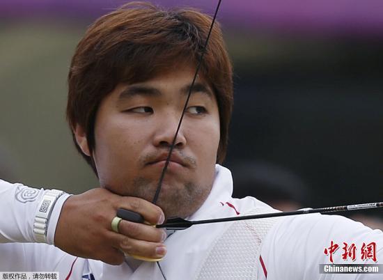 7月27日,在伦敦奥运会射箭男子排名赛上,林东铉以699环刷新由他保持的696环的射箭男子个人世界纪录,这是本届奥运会诞生的第一项世界纪录。图为韩国选手林东铉在比赛中。