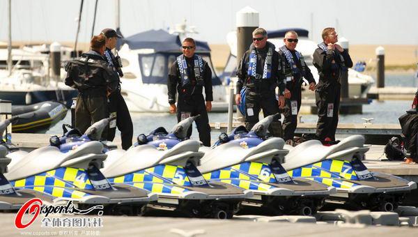图文:英国帆船帆板队备战 安保队员也出征