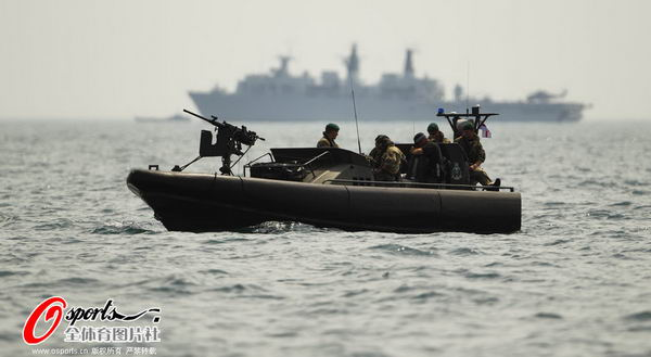 图文:英国帆船帆板队备战 装备齐全安保队员