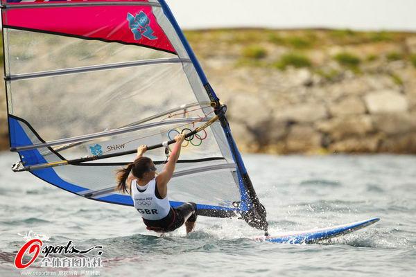 图文:英国帆船帆板队备战 女子乘风破浪
