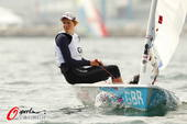 图文:英国帆船帆板队备战 坐在帆船上