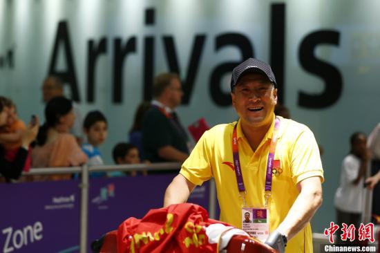 当地时间7月23日,中国羽毛球队总教练李永波率队抵达伦敦,准备参加奥运会比赛。记者 富田 摄