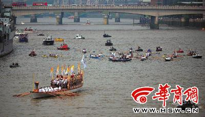 """""""荣光女王""""号载着奥运圣火,在众多皇家船队的护卫下,向伦敦塔桥驶来"""