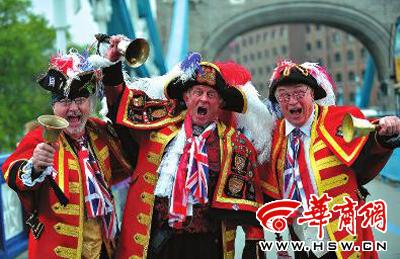 三位英国的老顽童身着传统服装,为圣火传递造势