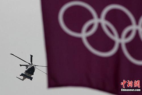 当地时间7月27日,伦敦奥运会开幕在即,直升机加强巡逻。记者 富田 摄