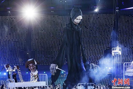 当地时间7月27日,2012年伦敦奥运会,开幕式隆重举行。图为开幕式表演现场。记者 宋方灿 摄