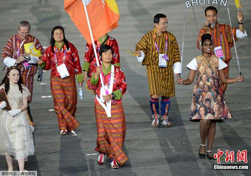 图为不丹运动员入场。