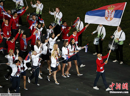 图为德约科维奇为塞尔维亚代表团担任旗手。
