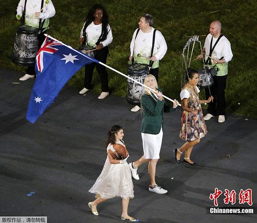 图为澳大利亚代表团由劳伦・杰克逊担任旗手,这位身高1.96米的篮球运动员金发碧眼貌美令人赞叹。