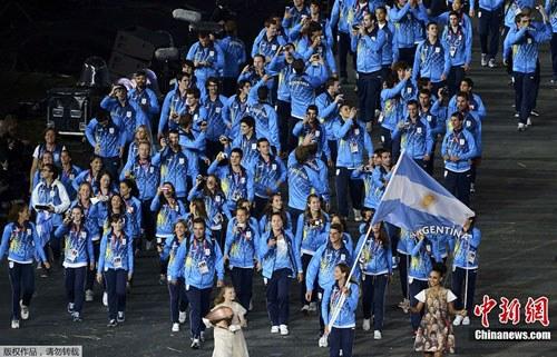 图为阿根廷运动员步入开幕式会场。