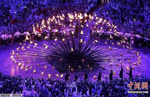 图为奥运火炬点燃。