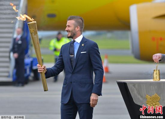 5月18日,在英国康沃尔德卡尔德罗斯皇家海军航空站,英国足球巨星贝克汉姆用圣火引燃的火炬点燃了安放在飞机跑道上的一个圣火盆。