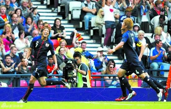 本报讯 凭借着中场大津祐树在上半场的一粒绝杀进球,日本队在奥运男足赛场上出人预料的击败了实力强大的西班牙队。