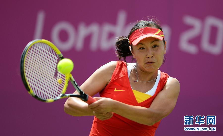 7月28日,彭帅在比赛中回球。当日,在伦敦奥运会网球女单首轮比赛中,中国选手彭帅对阵中华台北选手谢淑薇。 新华社记者陶希夷摄