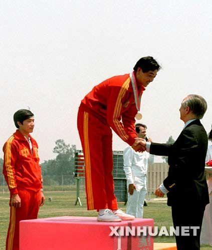 新华网资料图片:1984年奥运会,萨马兰奇为中国首位奥运会冠军许海峰颁奖。