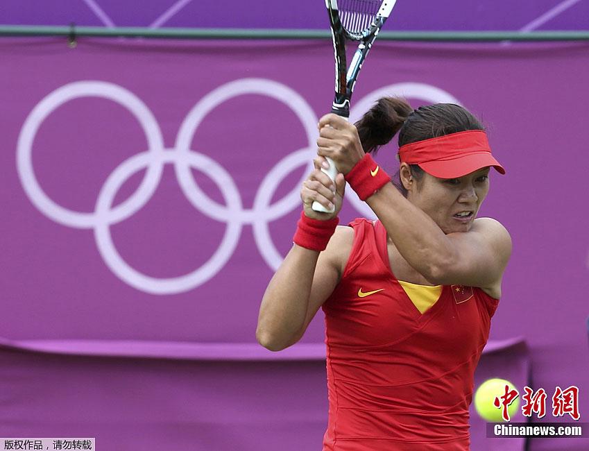 中新网伦敦7月28日电伦敦奥运网球女单比赛今日正式拉开战幕。中国金花李娜亮相温布尔登球场,首轮迎战斯洛伐克美女汉图楚娃。结果,李娜以1-2的总比分爆冷负于对手,伦敦奥运之旅戛然而止。