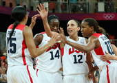 图文:奥运会美国女篮亮相 庆祝进球