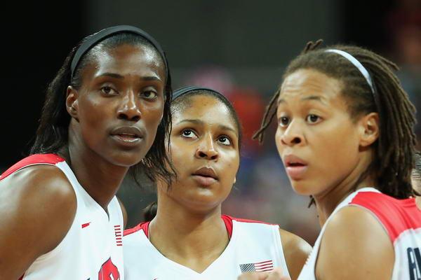 图文:奥运会美国女篮亮相 三人商量