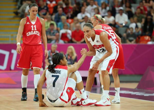 图文:奥运会美国女篮亮相 陶乐西拉起摩尔