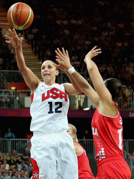 图文:奥运会美国女篮亮相 陶乐西上篮