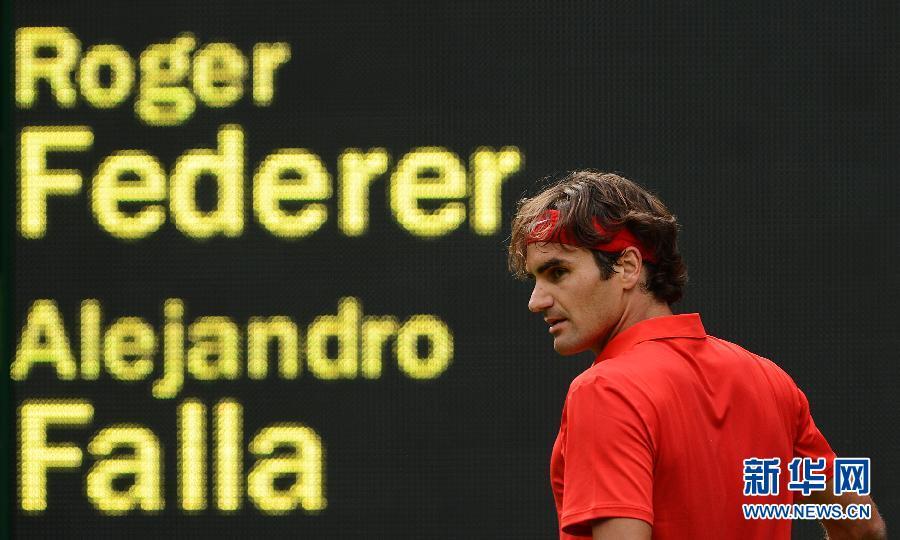 7月28日,费德勒庆祝得分。当日,在伦敦奥运会网球男单第一轮比赛中,瑞士选手费德勒以2比1战胜哥伦比亚选手法利亚,进入下一轮。新华社记者陶希夷摄