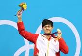 图文:孙杨摘男400自金牌 金牌鲜花都到手
