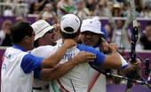 图文:射箭意大利男团险胜美国 意大利队拥抱