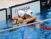 图文:叶诗文破世界纪录闪耀泳池 喜悦拥抱