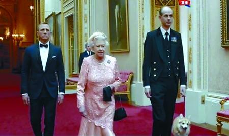 伊丽莎白二世带狗入场