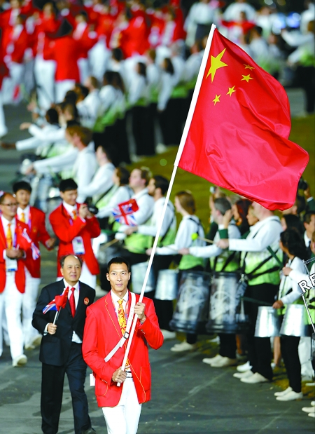 易建联引领中国体育代表团入场