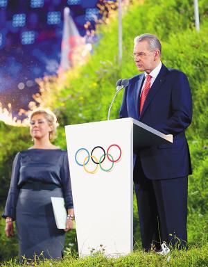 国际奥委会主席罗格(右)在开幕式上致辞。