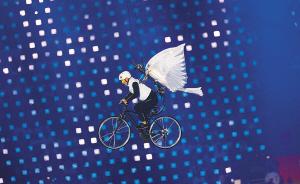 飞在空中的自行车手。