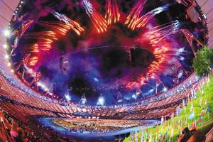 """7月27日,第三十届夏季奥林匹克运动会开幕式在伦敦奥林匹克公园主体育场""""伦敦碗""""举行。这是开幕式上的焰火表演。本组照片均为新华社发"""