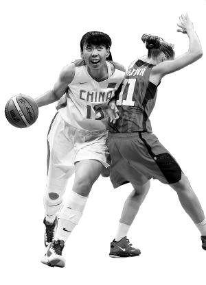 7月28日,在女子篮球A组首场比赛中,中国队以66:57战胜捷克队,取得揭幕战的胜利。图为中国队球员陈楠(左)在比赛中带球进攻。 新华社发
