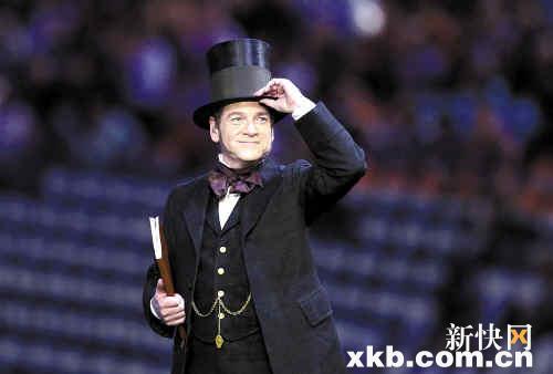 由演员扮演的工业革命时期代表人物英国工程师布鲁内尔缓缓诵出莎翁《暴风雨》中的名句。