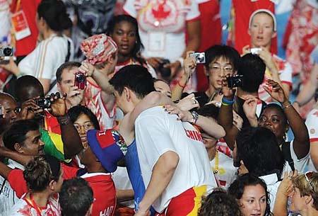 2008奥运会劳伦与姚明深情一拥。