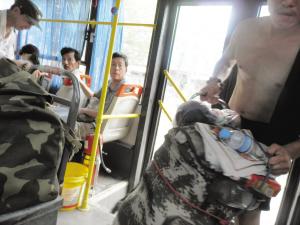 两人得到了车上不少乘客的声援。