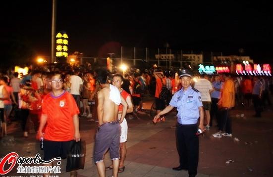 幻灯:齐鲁德比握手言和 比赛后青岛球迷遭围堵